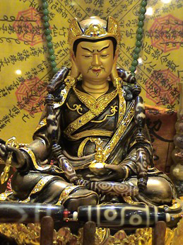Guru-Rinpoche-with-Dzi-Bead